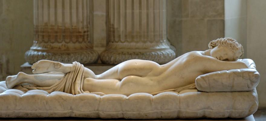 De slapende Hermaphroditus is een beeld in het Louvre. In het echt worden geen mensen geboren met volledige mannelijke en vrouwelijke voortplantingsorganen omdat deze organen tijdens de zwangerschap ontstaan uit hetzelfde weefsel. Dat weefsel kan zich in mannelijke richting ontwikkelen of in vrouwelijke richting, maar niet in allebei.