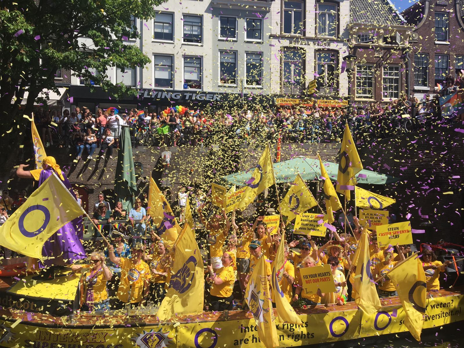 Intersekseboot tijdens Utrecht Canal Pride 2018, met veel interseksevlaggen